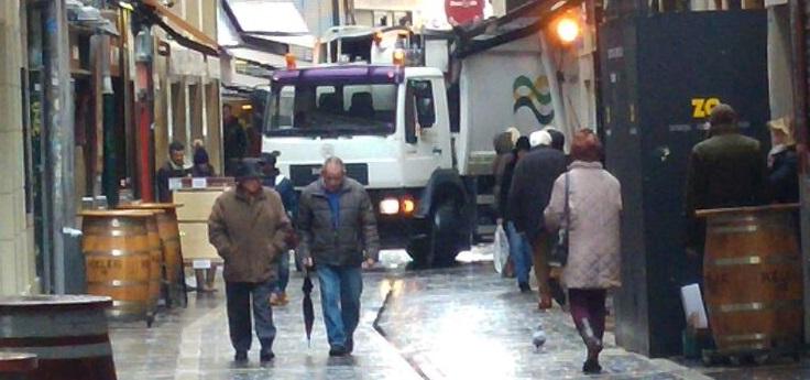 Camion, barricas y peatones en calle residencial, no confundir con peatonal